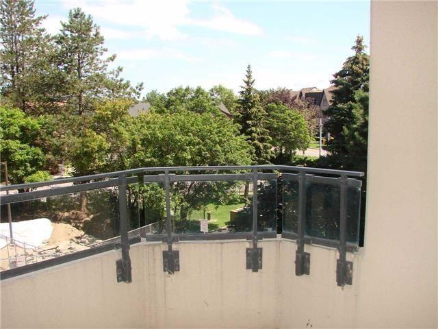 Condo Apartment at 32 Clarissa Dr, Unit 317, Richmond Hill, Ontario. Image 2