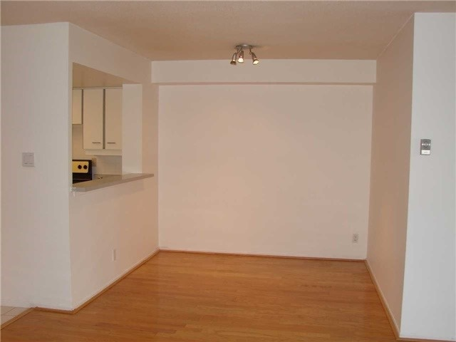 Condo Apartment at 32 Clarissa Dr, Unit 317, Richmond Hill, Ontario. Image 5