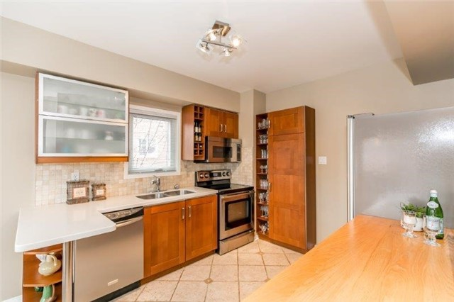 Detached at 215 Surgeoner Cres, Newmarket, Ontario. Image 4