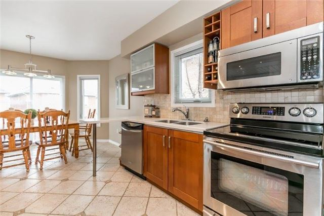 Detached at 215 Surgeoner Cres, Newmarket, Ontario. Image 5
