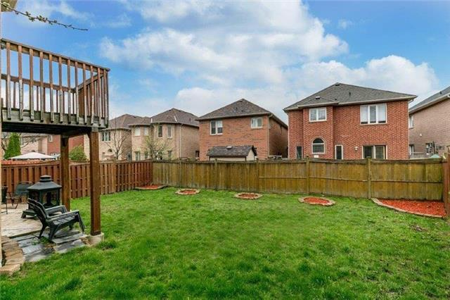Detached at 215 Surgeoner Cres, Newmarket, Ontario. Image 2