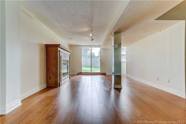 Condo Townhouse at 862 Playter Cres, Newmarket, Ontario. Image 5