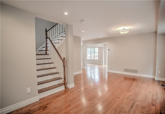 Detached at 1002 Oaktree Cres, Newmarket, Ontario. Image 14