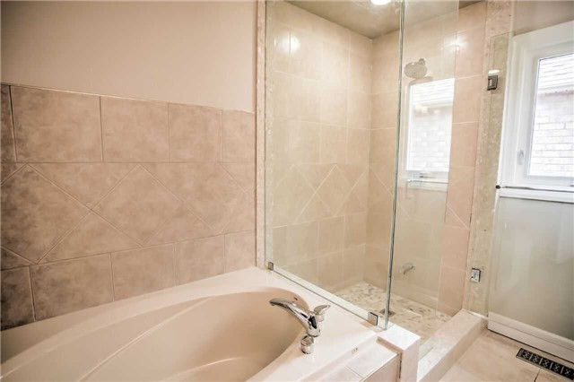 Detached at 1002 Oaktree Cres, Newmarket, Ontario. Image 2