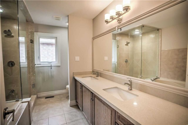 Detached at 1002 Oaktree Cres, Newmarket, Ontario. Image 3