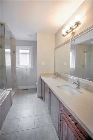 Detached at 1002 Oaktree Cres, Newmarket, Ontario. Image 4