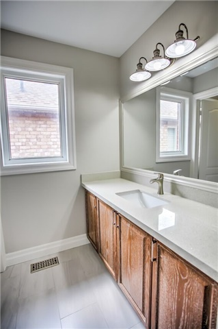 Detached at 1002 Oaktree Cres, Newmarket, Ontario. Image 5