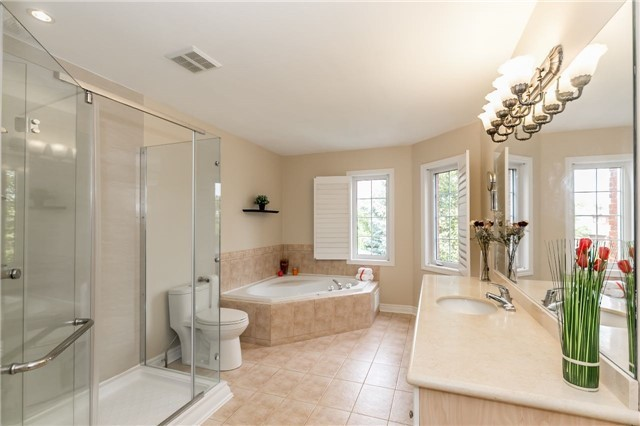 Detached at 886 Best Circ, Newmarket, Ontario. Image 3