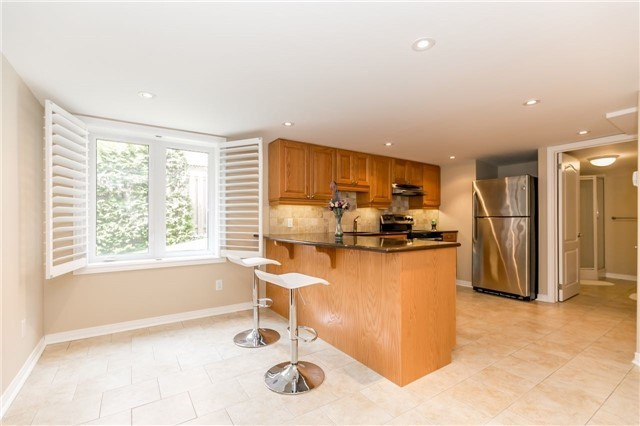 Detached at 886 Best Circ, Newmarket, Ontario. Image 7