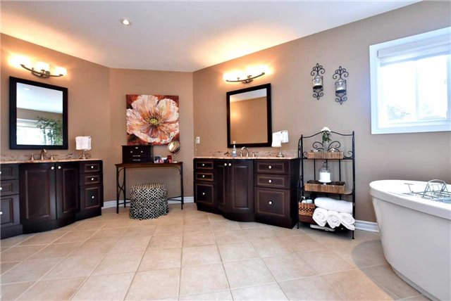 Detached at 476 Doyle Crt, Newmarket, Ontario. Image 5