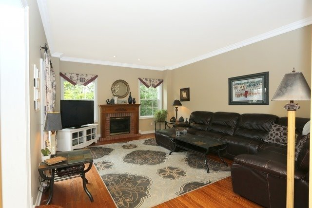 Detached at 2 Oakview Pl, Uxbridge, Ontario. Image 4
