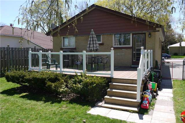 Detached at 114 Glass Dr, Aurora, Ontario. Image 2