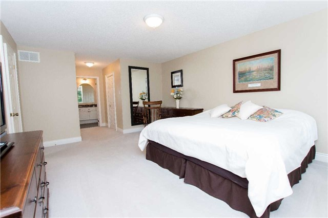Detached at 4 Vanvalley Dr, Whitchurch-Stouffville, Ontario. Image 5