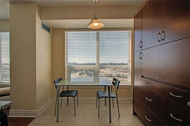 Condo Apartment at 7 North Park Rd, Unit 1811, Vaughan, Ontario. Image 4