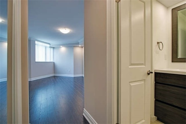 Condo Apartment at 7601 Bathurst St, Unit 617, Vaughan, Ontario. Image 2