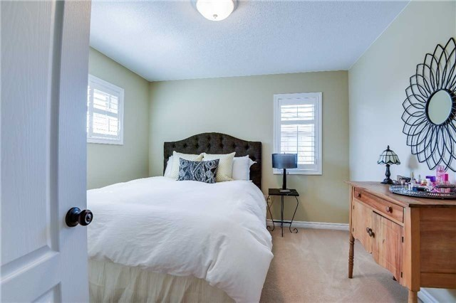 Detached at 693 Foxcroft Blvd, Newmarket, Ontario. Image 4