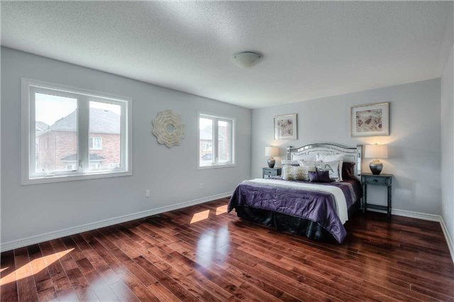 Detached at 33 Beacon Point St, Markham, Ontario. Image 3