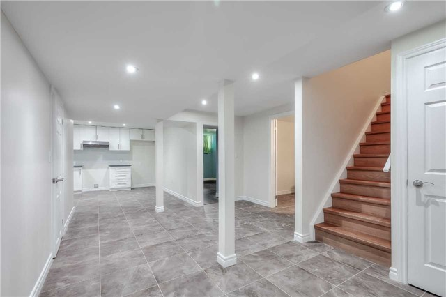 Detached at 33 Beacon Point St, Markham, Ontario. Image 9