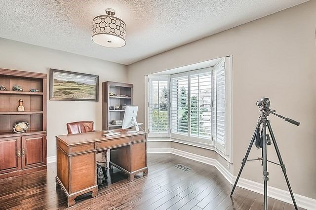 Detached at 56 Arthur Hall Dr, East Gwillimbury, Ontario. Image 3