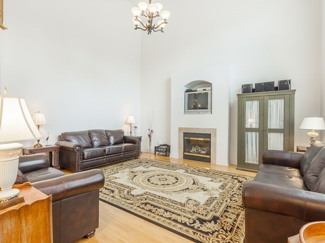 Detached at 221 Sunset Beach Rd, Richmond Hill, Ontario. Image 2