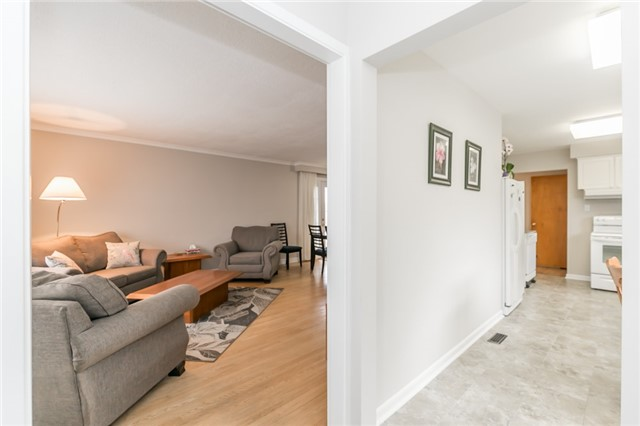 Detached at 300 Roywood Cres, Newmarket, Ontario. Image 14