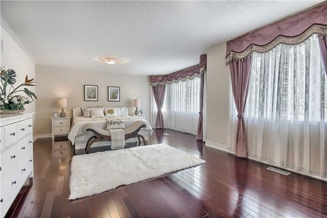 Detached at 93 Clarendon Dr, Richmond Hill, Ontario. Image 5