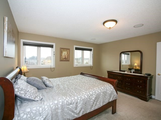 Detached at 32 Woodhaven Cres, Richmond Hill, Ontario. Image 5