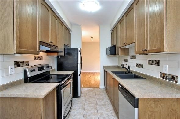 Townhouse at 121 Thatcher Cres, Newmarket, Ontario. Image 16