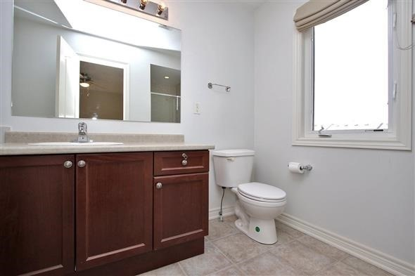 Townhouse at 121 Thatcher Cres, Newmarket, Ontario. Image 3