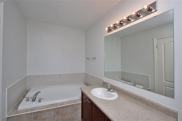 Townhouse at 121 Thatcher Cres, Newmarket, Ontario. Image 4