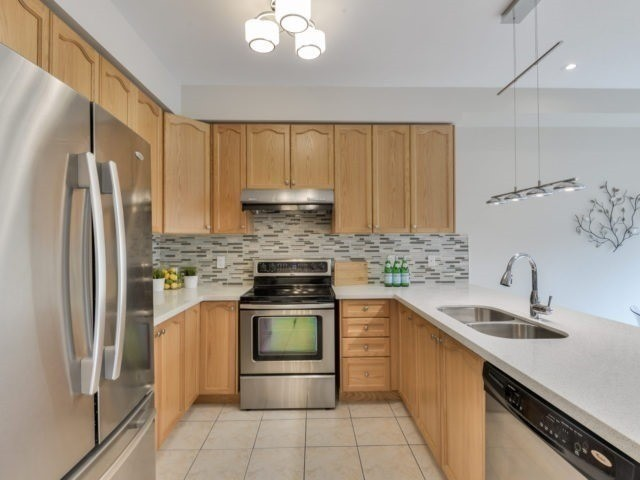 Detached at 17 Danpatrick Dr, Richmond Hill, Ontario. Image 2