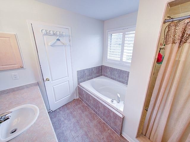 Townhouse at 7 Chapman Crt, Aurora, Ontario. Image 2