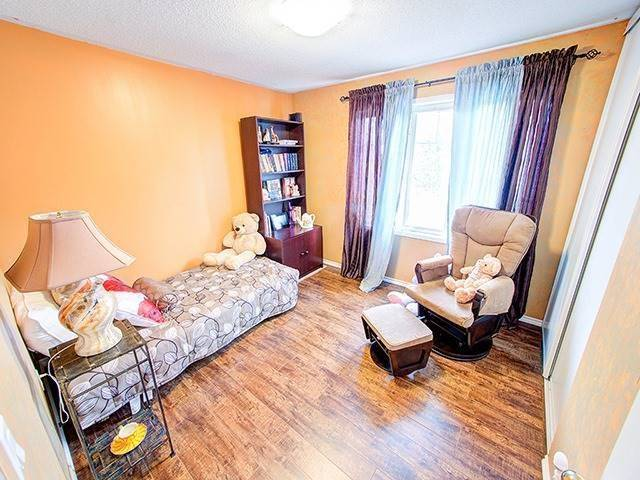 Townhouse at 7 Chapman Crt, Aurora, Ontario. Image 4
