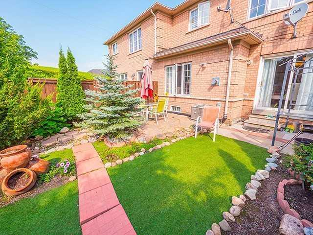 Townhouse at 7 Chapman Crt, Aurora, Ontario. Image 9