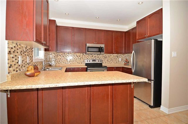Townhouse at 111 Betony Dr, Richmond Hill, Ontario. Image 2