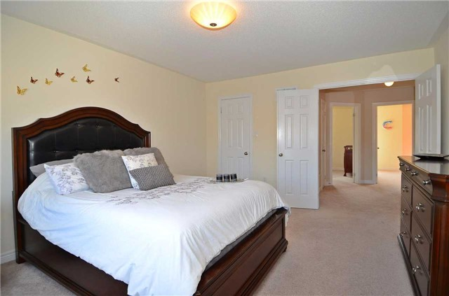Townhouse at 111 Betony Dr, Richmond Hill, Ontario. Image 4