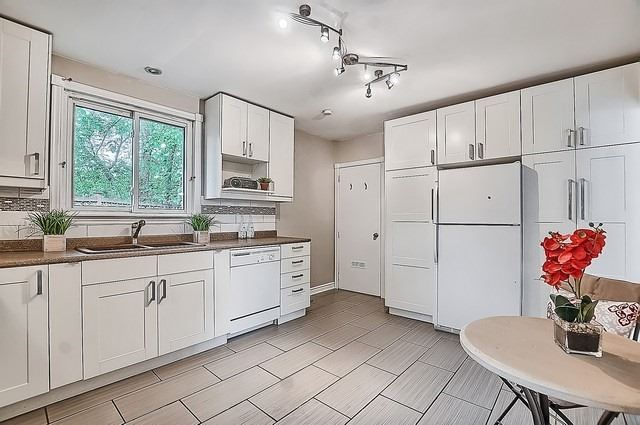 Semi-detached at 122 Longford Dr, Newmarket, Ontario. Image 8