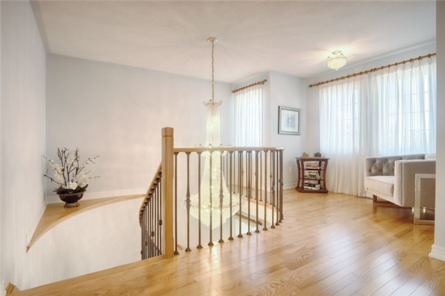 Detached at 72 Staynor Cres, Markham, Ontario. Image 3