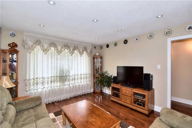 Detached at 963 Leslie Valley Dr, Newmarket, Ontario. Image 10
