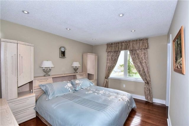 Detached at 963 Leslie Valley Dr, Newmarket, Ontario. Image 14