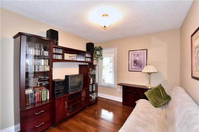Detached at 963 Leslie Valley Dr, Newmarket, Ontario. Image 2