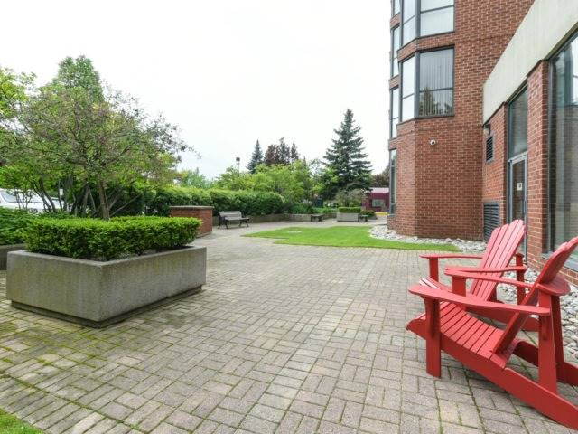 Condo Apartment at 100 Observatory Lane, Unit 1006, Richmond Hill, Ontario. Image 7