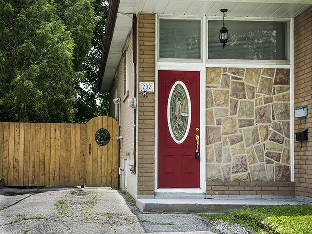 Semi-detached at 202 Septonne Ave, Newmarket, Ontario. Image 1
