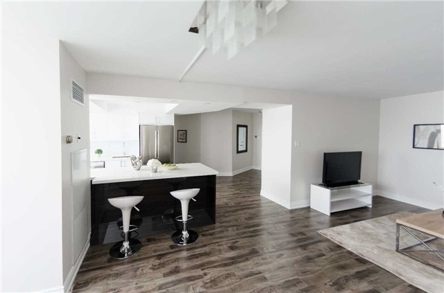 Condo Apartment at 7250 Yonge St, Unit 1701, Vaughan, Ontario. Image 2