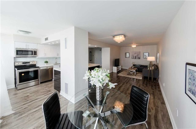 Condo Apartment at 7250 Yonge St, Unit 1701, Vaughan, Ontario. Image 4