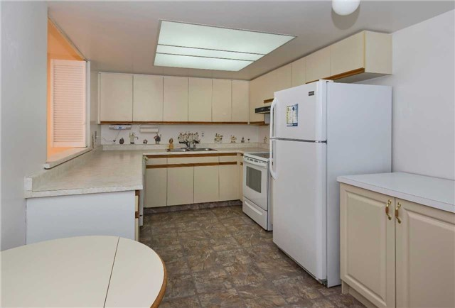 Condo Apartment at 5 Weldrick Rd W, Unit 808, Richmond Hill, Ontario. Image 13