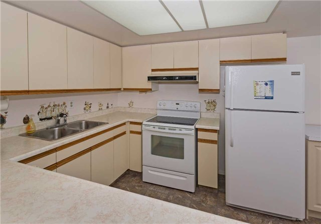 Condo Apartment at 5 Weldrick Rd W, Unit 808, Richmond Hill, Ontario. Image 14