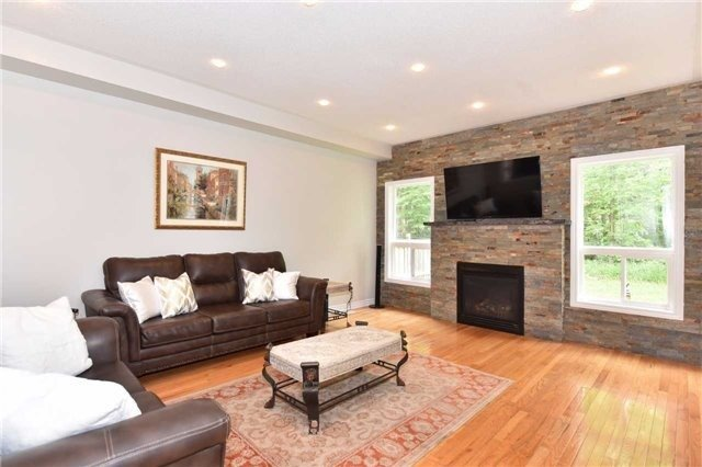 Detached at 61 Maroon Dr, Richmond Hill, Ontario. Image 2