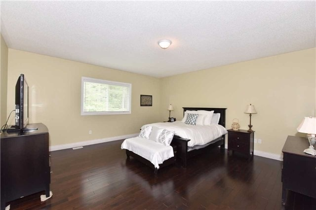 Detached at 61 Maroon Dr, Richmond Hill, Ontario. Image 5