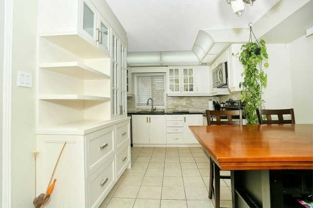 Detached at 23 Guildwood Dr, Richmond Hill, Ontario. Image 2
